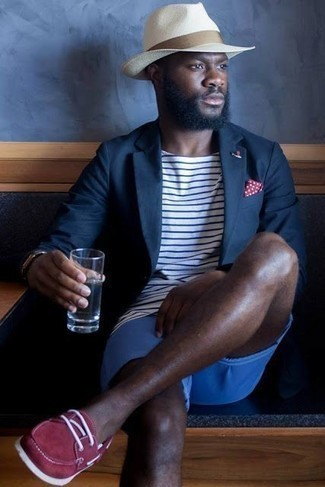 How to Wear a White Straw Hat For Men: On days when comfort is top priority, this combo of a navy blazer and a white straw hat is a winner. And if you wish to effortlessly lift up your outfit with one single piece, add a pair of red suede boat shoes to the equation.