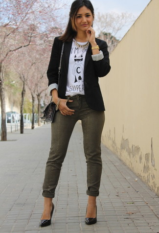 A black blazer and olive green slim jeans will give off this very sexy and chic vibe. Got bored with this look? Enter black leather pumps to spice things up. An outfit like this makes it easy to embrace the colder months.