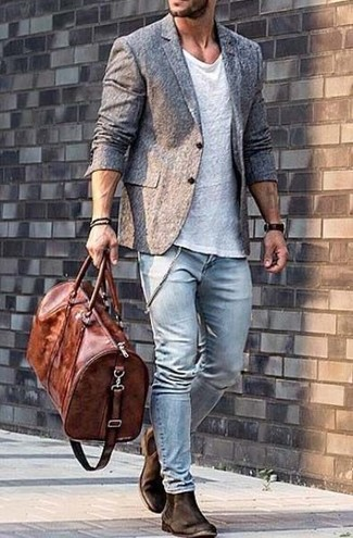 This combo of a white crew-neck tee and light blue skinny jeans is the ideal balance between casual and dapper. Why not introduce dark brown suede chelsea boots to the equation for an added touch of style? Longer daylight hours call for cooler combos like this one.
