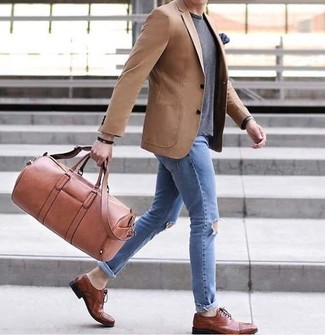 A tan blazer and light blue ripped skinny jeans are your go-to outfit for lazy days. Brown leather oxford shoes will add a touch of polish to an otherwise low-key look. This one will play especially nice come warm sunny days.