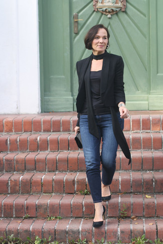 How to wear: black blazer, black crew-neck t-shirt, navy skinny jeans, black suede pumps