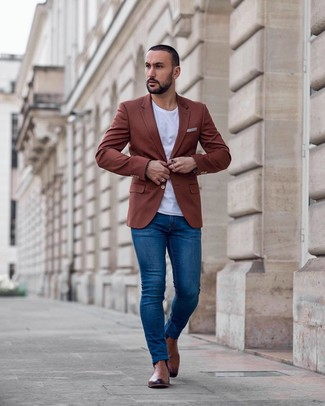 How to wear: tobacco blazer, white crew-neck t-shirt, blue skinny jeans, brown leather chelsea boots