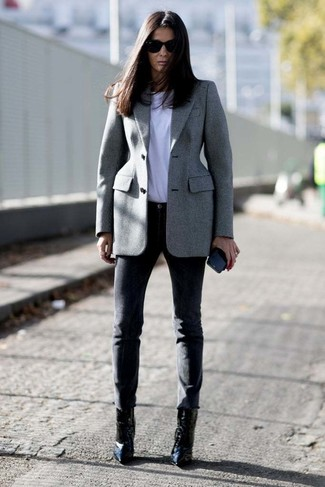 How to wear: grey blazer, white crew-neck t-shirt, black skinny pants, black leather ankle boots