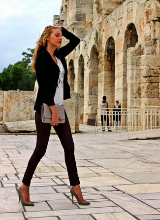A black blazer jacket and dark red skinny pants are perfect for both running errands and a night out. Complement this look with brown leather pumps.