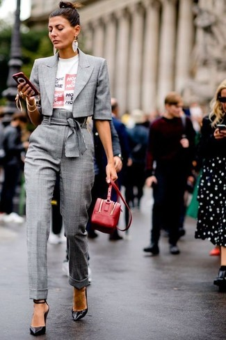 How to Wear a White Print Crew-neck T-shirt For Women: This combo of a white print crew-neck t-shirt and grey check tapered pants will cement your styling chops even on off-duty days. Introduce black leather pumps to the mix to instantly ramp up the style factor of any outfit.