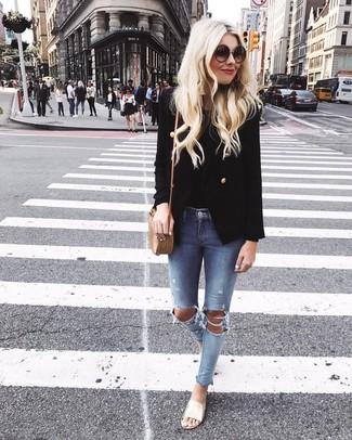 Harmonise un blazer croisé noir femmes Joseph avec un jean skinny déchiré bleu clair pour achever un look chic. Mélange les styles en portant une paire de des sandales plates en cuir dorées.