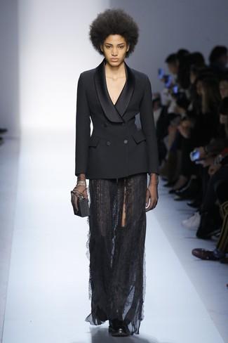 Fais-toi remarquer parmi les autres civils stylés avec un blazer croisé noir femmes Joseph et une jupe longue en dentelle noire. Une paire de des cuissardes en cuir noires apportera une esthétique classique à l'ensemble.