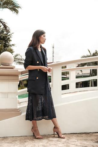 Pour une tenue de tous les jours pleine de caractère et de personnalité pense à marier un blazer croisé noir avec une robe midi en dentelle noire. Cet ensemble est parfait avec une paire de des sandales à talons en cuir beiges.