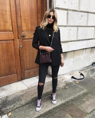 Choisis un blazer croisé noir et un jean skinny déchiré noir pour une tenue raffinée mais idéale le week-end. Jouez la carte décontractée pour les chaussures et choisis une paire de des baskets basses bordeaux.