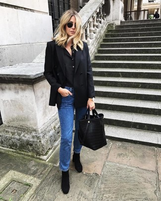 Marie un blazer croisé noir femmes Joseph avec un jean bleu pour une tenue confortable aussi composée avec goût. D'une humeur créatrice? Assortis ta tenue avec une paire de des bottines en daim noires.