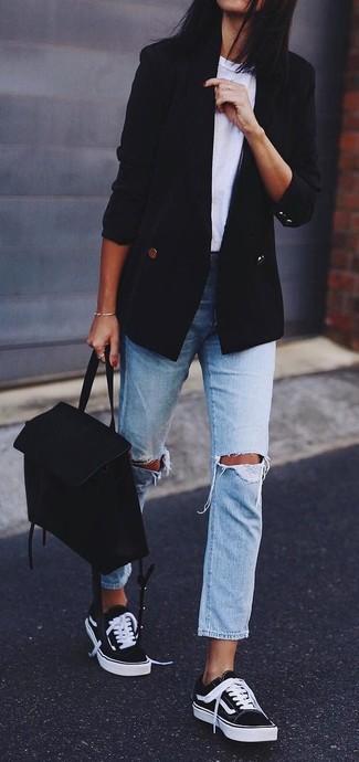 Marie un blazer croisé noir Joseph avec un jean boyfriend déchiré bleu clair pour une tenue idéale le week-end. Cet ensemble est parfait avec une paire de des baskets basses noires et blanches.