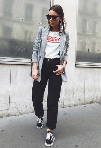 Un blazer croisé à carreaux gris et un jean boyfriend noir sont un choix de tenue idéale à avoir dans ton arsenal. Une paire de des baskets basses noires femmes Christopher Kane est une option avisé pour complèter cette tenue.