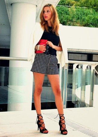 A nicely put together combination of a black lace cropped top and monochrome check shorts will set you apart effortlessly. Elevate this ensemble with black suede heeled sandals.