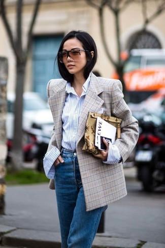 Look de moda: Blazer cruzado a cuadros marrón claro, Camisa de vestir de rayas verticales celeste, Vaqueros boyfriend azules