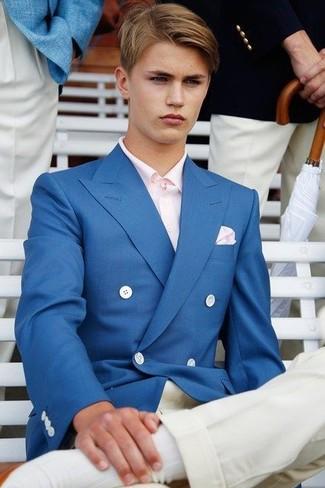 Cómo combinar: blazer cruzado azul, camisa de manga larga rosada, pantalón chino blanco, pañuelo de bolsillo rosado