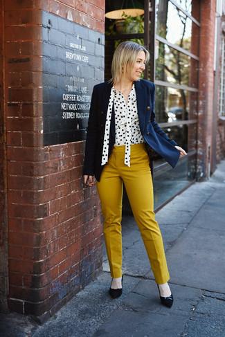 Cómo combinar: blazer cruzado azul marino, blusa de botones a lunares en blanco y negro, pantalones pitillo mostaza, zapatos de tacón de ante negros