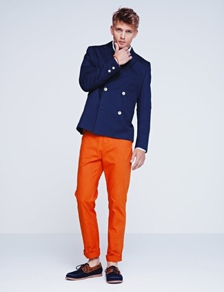Cómo combinar: blazer cruzado azul marino, camisa de manga larga blanca, pantalón chino naranja, náuticos de lona azul marino