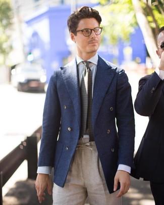 Cómo combinar: blazer cruzado de lana azul marino, camisa de vestir de rayas verticales en blanco y azul, pantalón de vestir de lino en beige, corbata estampada verde oliva