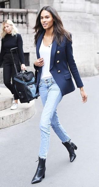 Cómo combinar: blazer cruzado azul marino, camiseta con cuello circular blanca, vaqueros celestes, botines de cuero negros