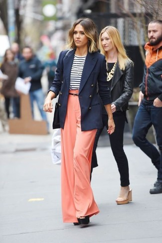 Cómo combinar: blazer cruzado azul marino, camiseta de manga larga de rayas horizontales en blanco y azul marino, pantalones anchos naranjas, sandalias de tacón de cuero gruesas negras