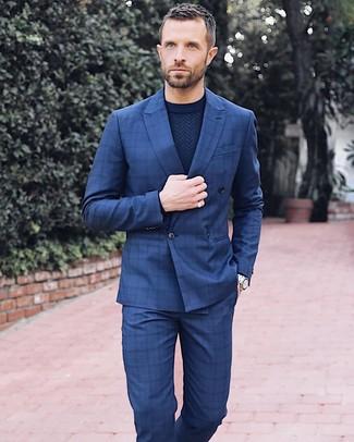 Cómo combinar: blazer cruzado a cuadros azul marino, jersey con cuello circular azul marino, pantalón de vestir a cuadros azul marino, reloj plateado