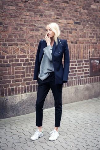 Considera emparejar un blazer cruzado azul marino junto a unos pantalones pitillo negros para una apariencia fácil de vestir para todos los días. Tenis en blanco y verde darán un toque desenfadado al conjunto.