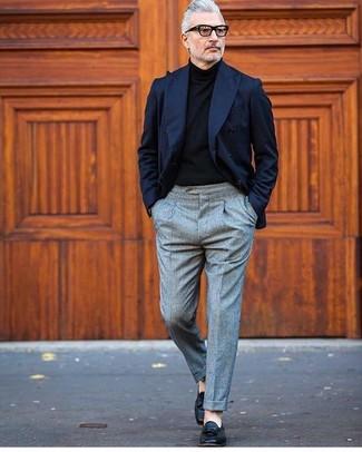 Cómo combinar: blazer cruzado azul marino, jersey de cuello alto negro, pantalón de vestir de lana gris, mocasín con borlas de cuero negro