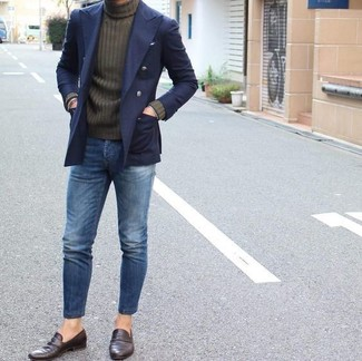 Cómo combinar: blazer cruzado azul marino, jersey de cuello alto verde oliva, vaqueros azules, mocasín de cuero en marrón oscuro