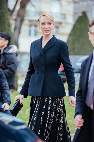 Cómo combinar: blazer cruzado azul marino, vestido midi de tul bordado negro, cartera sobre de cuero negra