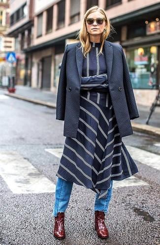 Cómo combinar: blazer cruzado azul marino, vestido midi de rayas horizontales en azul marino y blanco, vaqueros celestes, botines de cuero burdeos