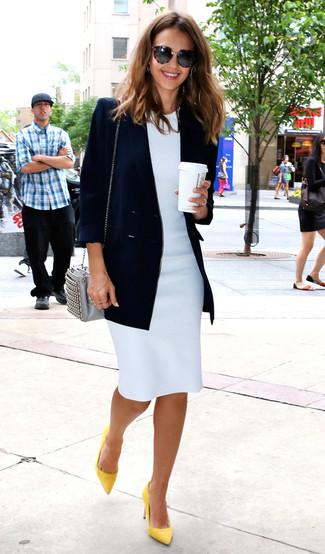 Cómo combinar: blazer cruzado azul marino, vestido tubo blanco, zapatos de tacón de cuero amarillos, bolso bandolera de cuero gris