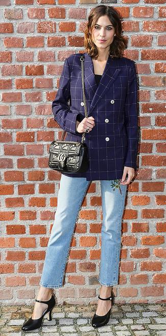 Cómo combinar: blazer cruzado a cuadros azul marino, blusa sin mangas negra, vaqueros bordados celestes, zapatos de tacón de cuero negros