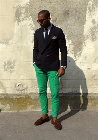 Cómo combinar: blazer cruzado negro, camisa de manga larga de rayas verticales blanca, pantalón chino en verde menta, mocasín con borlas de ante en marrón oscuro