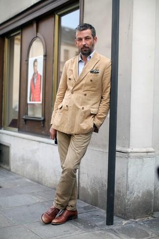 Cómo combinar: blazer cruzado marrón claro, camisa de manga larga celeste, pantalón chino marrón claro, zapatos derby de cuero marrónes