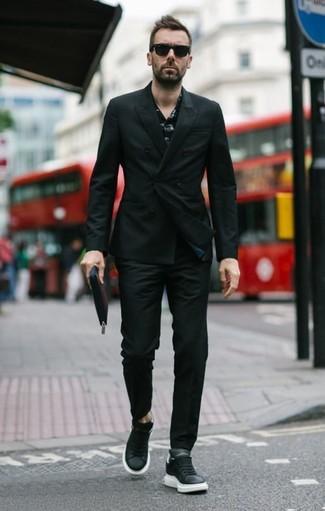 Cómo combinar: blazer cruzado negro, camisa de manga larga estampada negra, pantalón chino negro, tenis de cuero negros