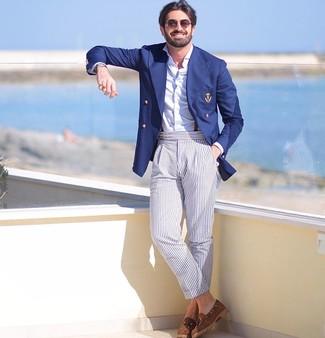 Cómo combinar: blazer cruzado azul marino, camisa de manga larga blanca, pantalón chino de rayas verticales celeste, mocasín con borlas de ante marrón