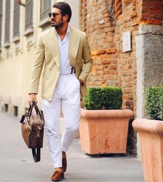 Cómo combinar: blazer cruzado amarillo, camisa de manga larga blanca, pantalón chino blanco, mocasín con borlas de ante en tabaco