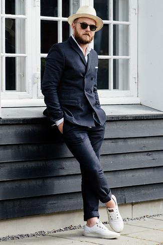 Cómo combinar: blazer cruzado de lana en gris oscuro, camisa de manga larga blanca, pantalón chino de lana en gris oscuro, tenis de lona blancos