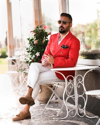 Cómo combinar: blazer cruzado rojo, camisa de manga larga blanca, pantalón chino blanco, mocasín con borlas de ante marrón claro