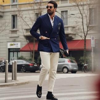 Cómo combinar: blazer cruzado azul marino, camisa de manga larga blanca, pantalón de vestir en beige, mocasín de terciopelo bordado negro