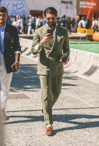 Cómo combinar: blazer cruzado verde oliva, camisa de manga larga blanca, pantalón de vestir verde oliva, mocasín con borlas de ante marrón