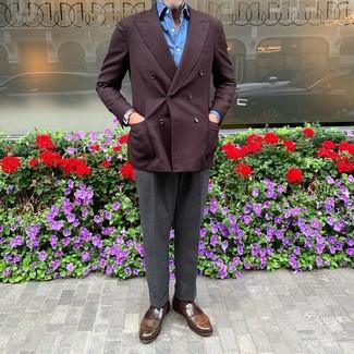 Cómo combinar: blazer cruzado burdeos, camisa de manga larga azul, pantalón de vestir en gris oscuro, mocasín de cuero marrón