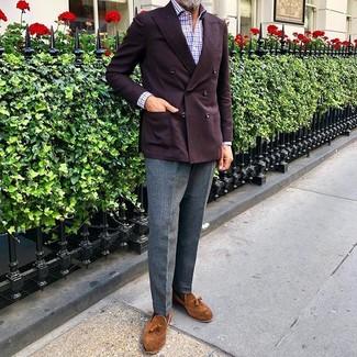Cómo combinar: blazer cruzado burdeos, camisa de manga larga de cuadro vichy en blanco y rojo y azul marino, pantalón de vestir de lana gris, mocasín con borlas de ante en tabaco