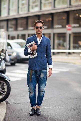 Cómo combinar: blazer cruzado azul, camisa de manga larga blanca, vaqueros desgastados azules, zapatos oxford de cuero negros
