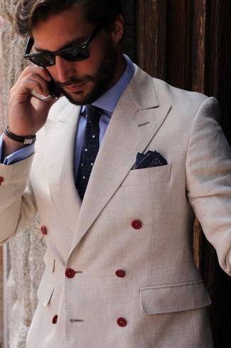 Cómo combinar: blazer cruzado en beige, camisa de vestir celeste, corbata a lunares en azul marino y blanco, pañuelo de bolsillo estampado azul marino
