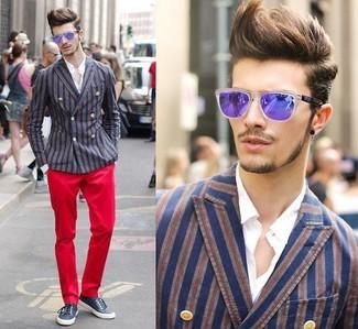Cómo combinar: blazer cruzado de rayas verticales en azul marino y rojo, camisa de vestir blanca, pantalón chino rojo, zapatillas plimsoll azul marino