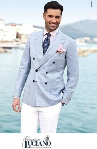 Cómo combinar: blazer cruzado celeste, camisa de vestir rosada, pantalón chino blanco, corbata a lunares en azul marino y blanco