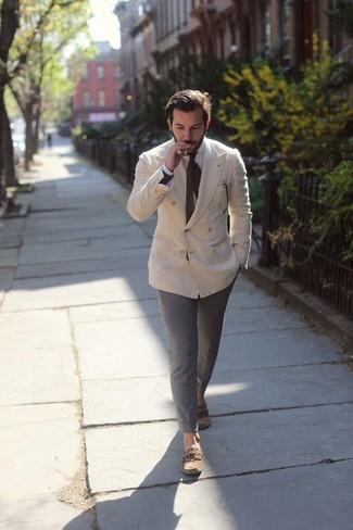 Cómo combinar: blazer cruzado en beige, camisa de vestir blanca, pantalón chino gris, náuticos de cuero marrónes