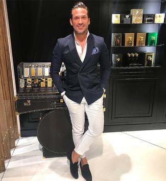 Cómo combinar: blazer cruzado negro, camisa de vestir blanca, pantalón chino blanco, mocasín con borlas de ante negro