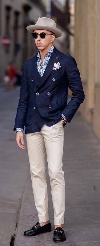 Cómo combinar: blazer cruzado azul marino, camisa de vestir con print de flores azul, pantalón chino en beige, mocasín de cuero negro